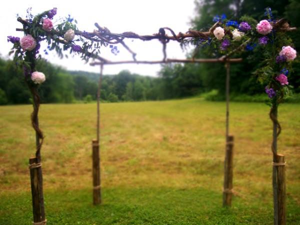 Свадебная арка из природных материалов, декорированная цветами