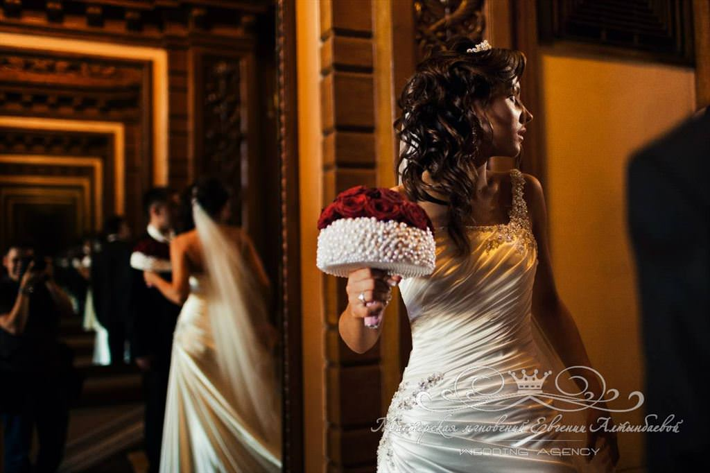 Букет невесты из красных роз и жемчуга