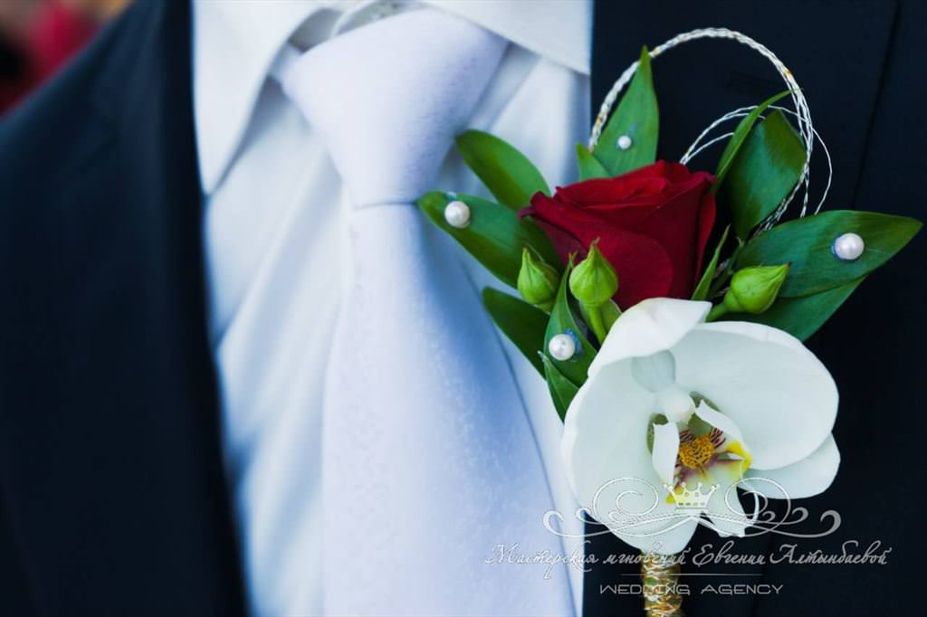 Бонбоньерка жениха из розы и фаленопсиса