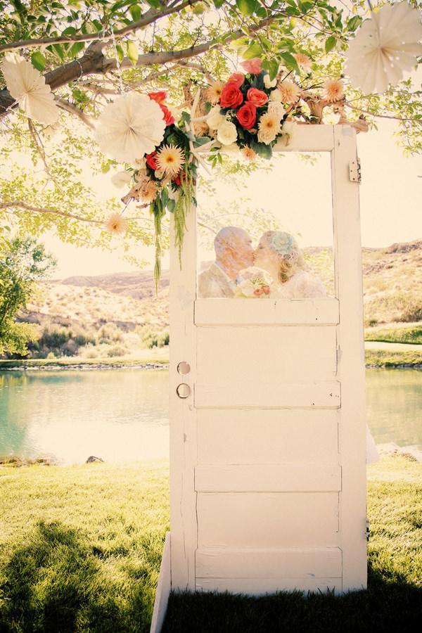 Дверь вместо свадебной арки