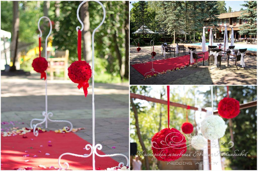 белые и красные гвоздики на кованных стойках на свадьбе