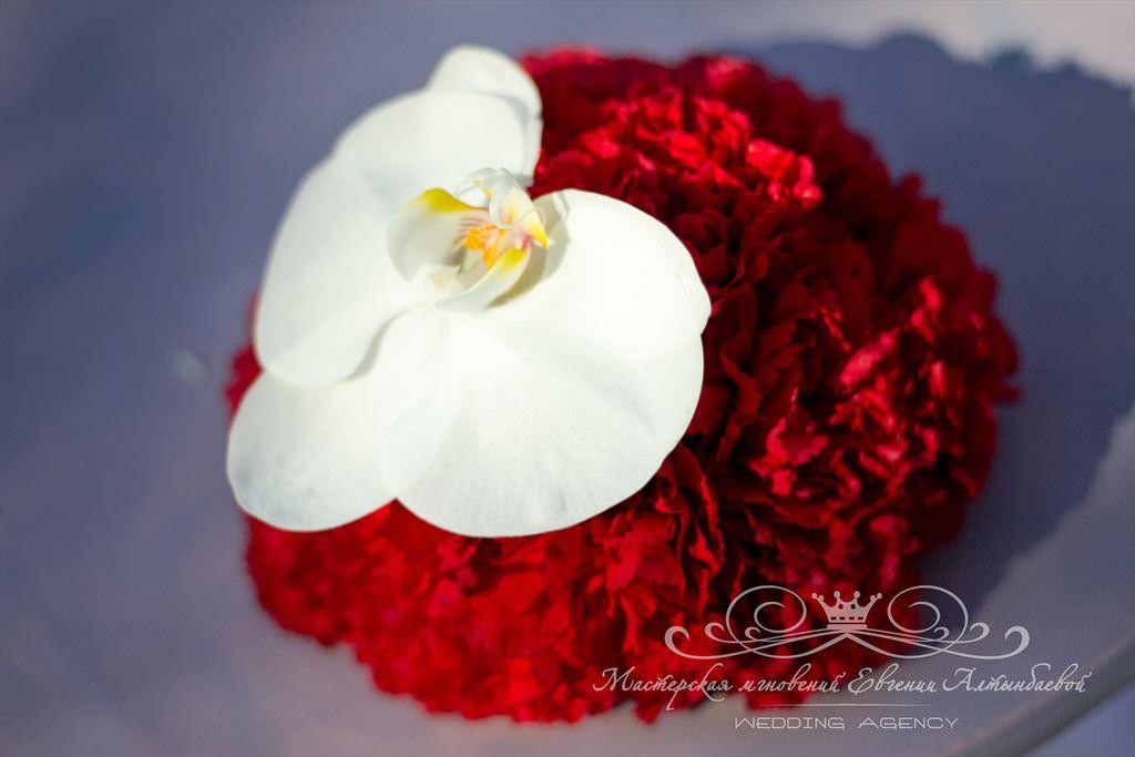 бело-красная Подушечка для колец из цветов
