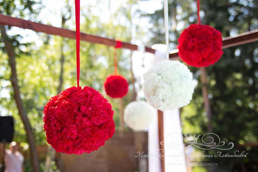 Шары из цветов на выездной церемонии бракосочетания