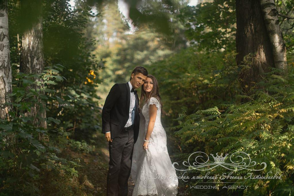 Свадебная прогулка в лесу