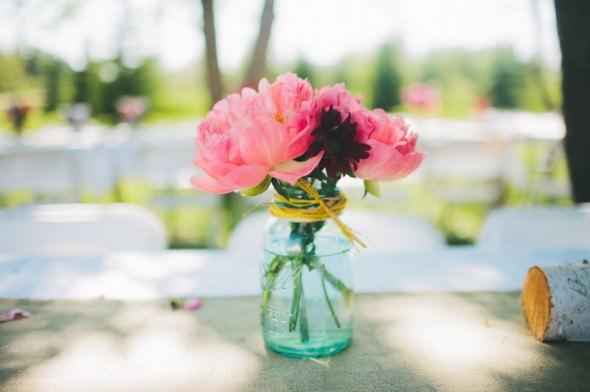 Цветочный акцент в простой банке