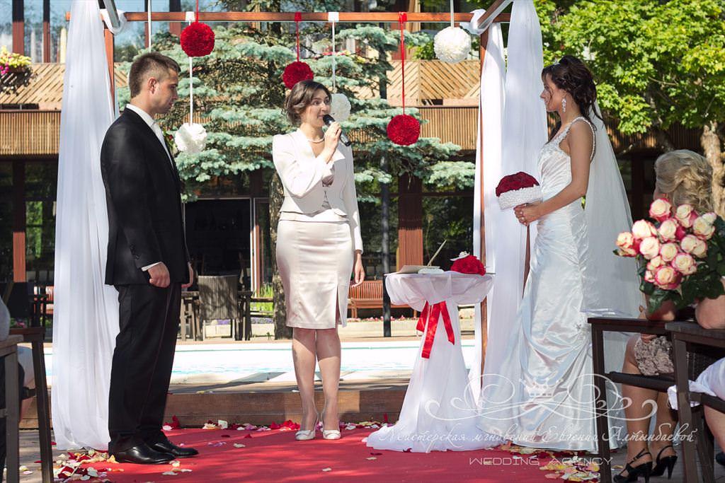 Постановочная церемония выездной церемонии брака