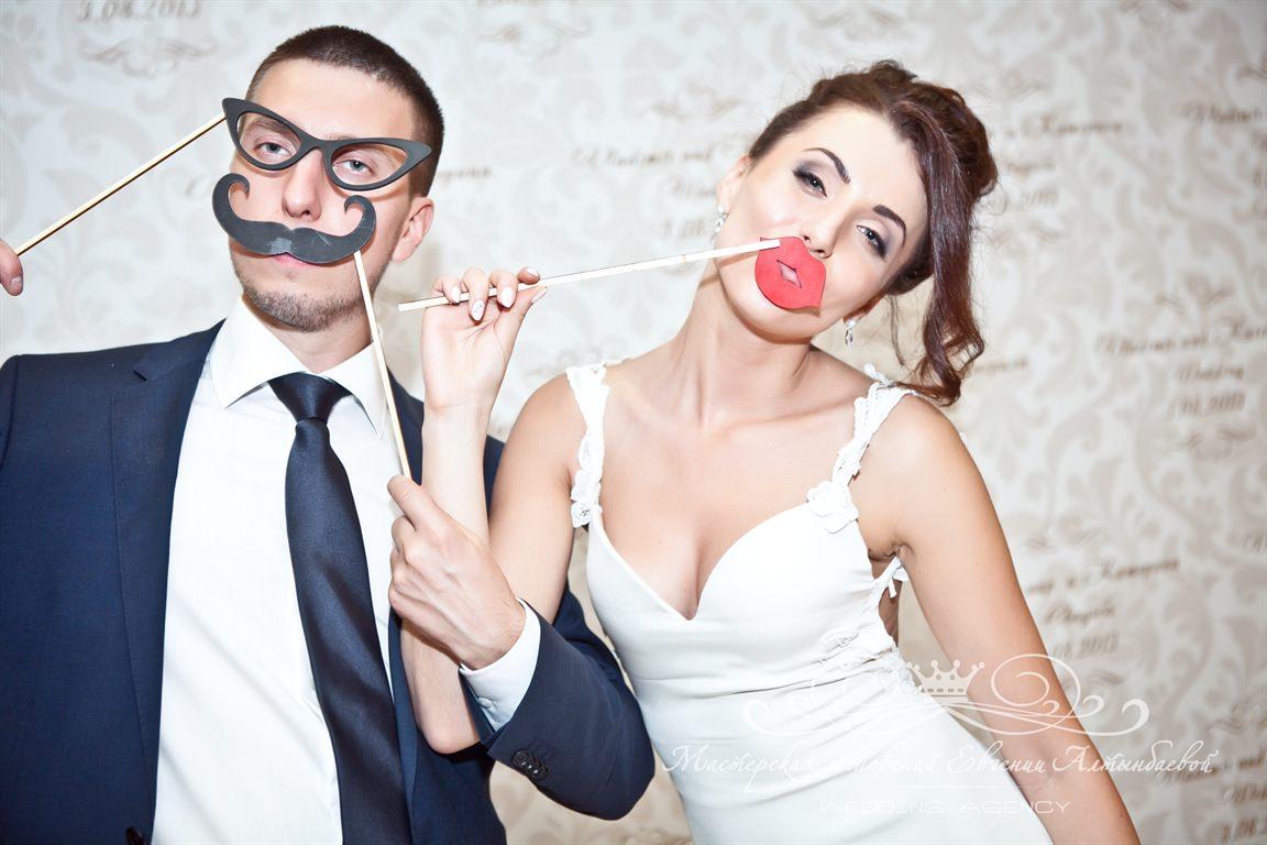 Пресс-вол и аксессуары для фотосессии на свадьбу