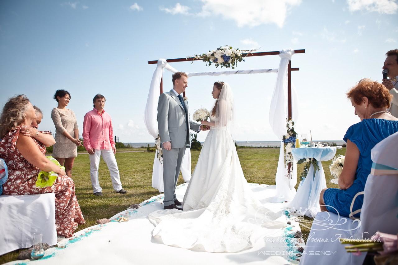 Белая ковровая дорожка на свадьбе