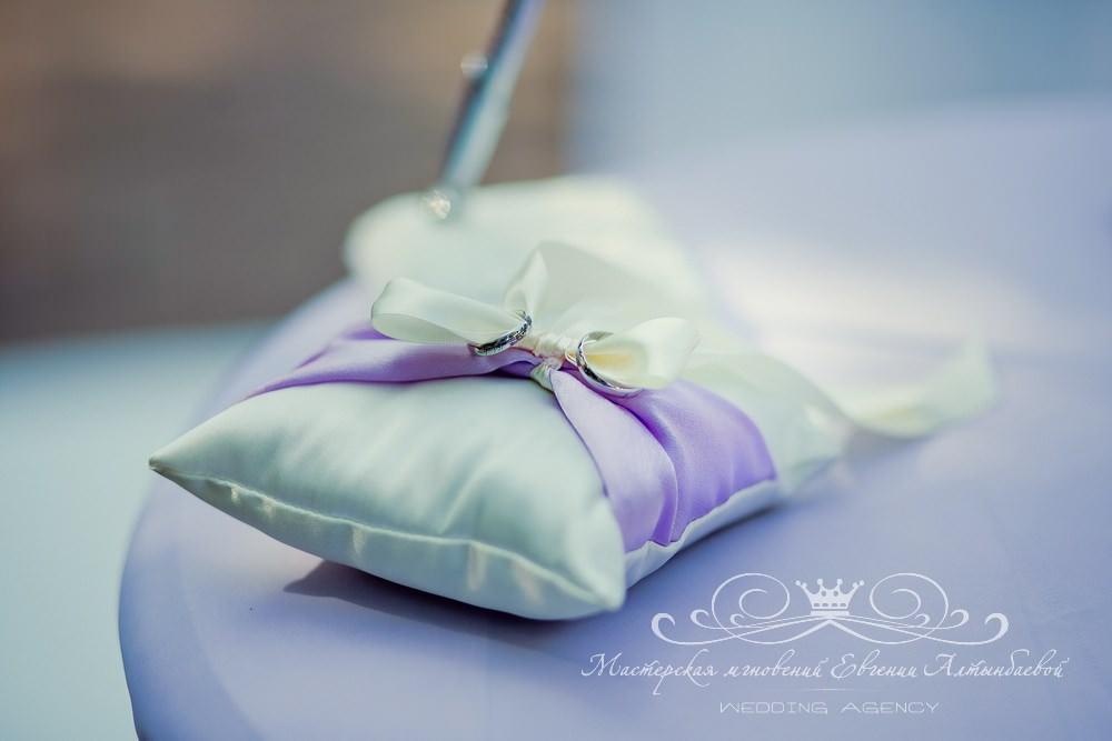 Бело фиолетовая подушечка для колец