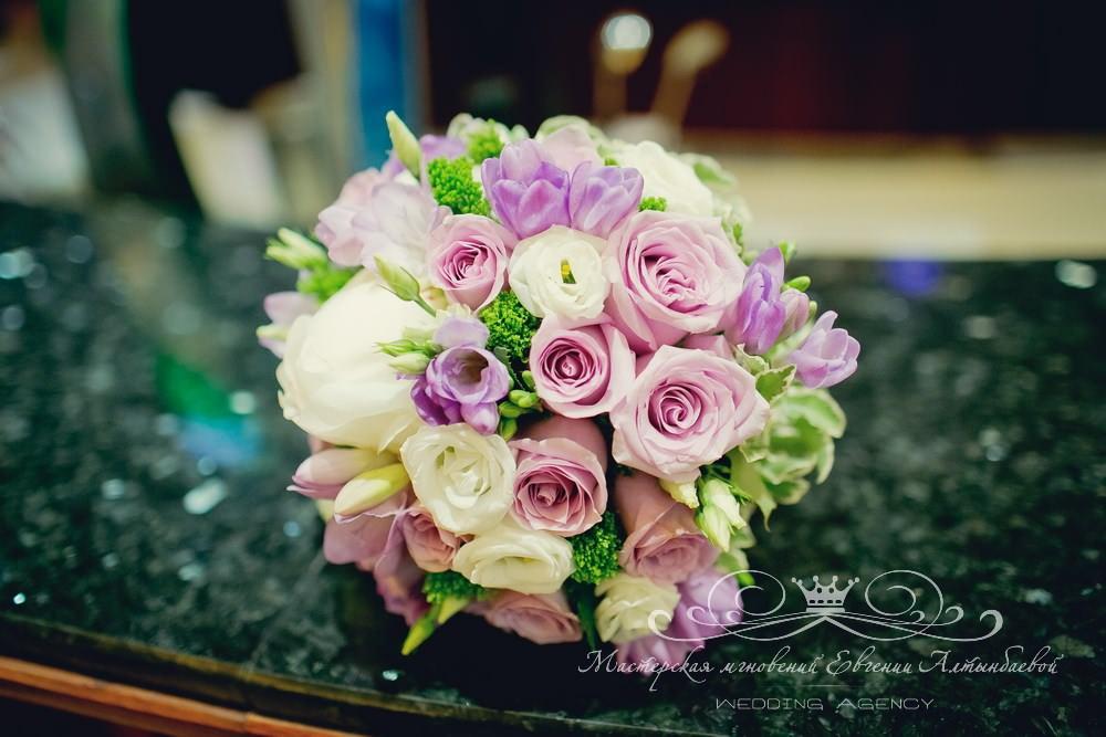 Бело-фиолетовый букет невесты