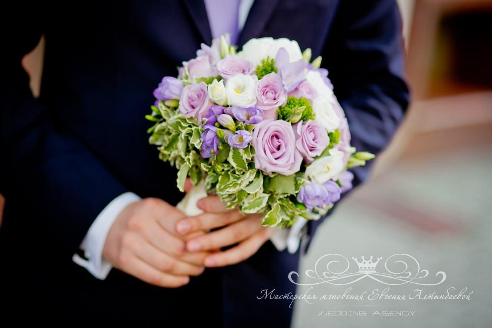 Букет невесты из роз и фрезий