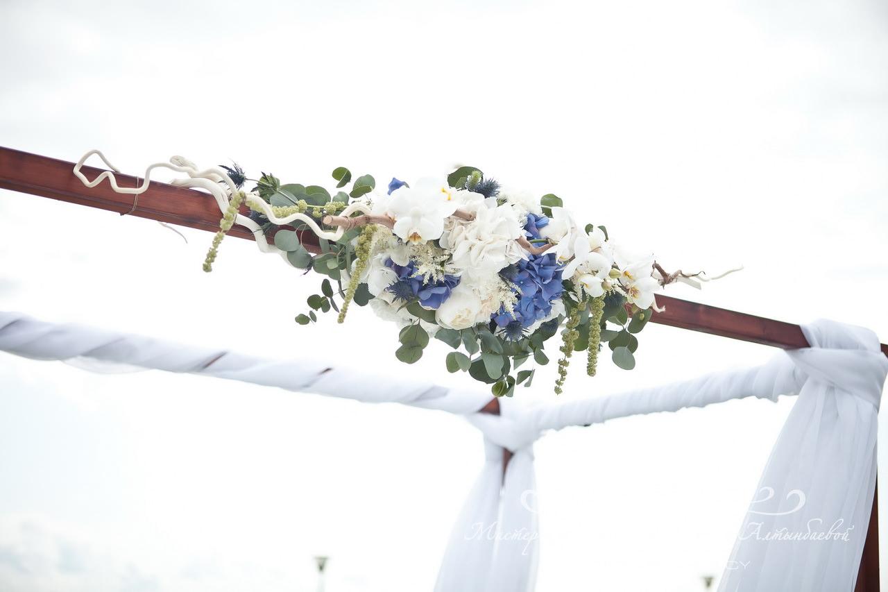 Декор свадебной арки цветами