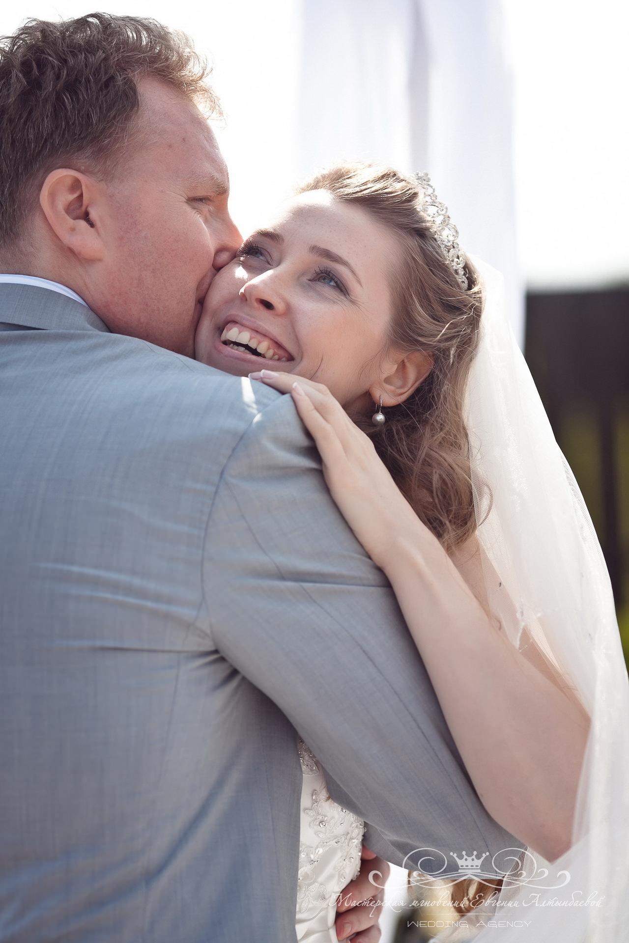 Эмоции жениха и невесты на выездной регистрации