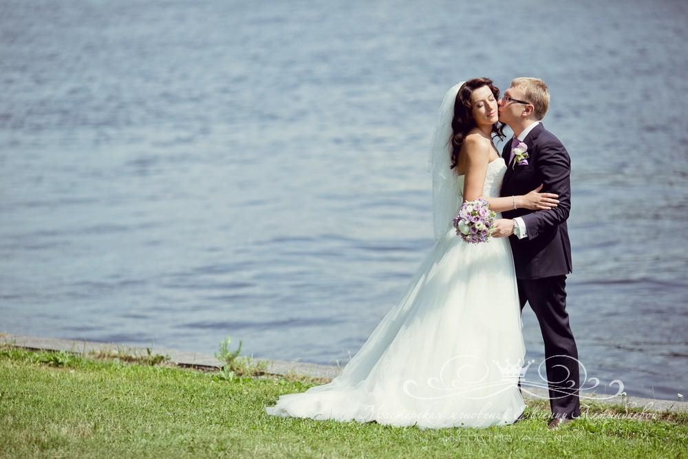Фотосессия жениха и невесты на заливе