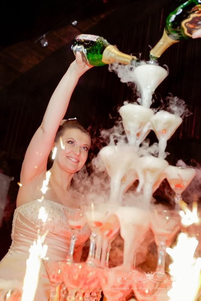 Горка шампанского на свадьбе в Лесной рапсодии
