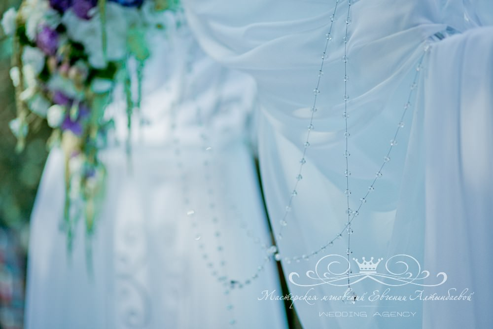 Хрустальные нити на свадебной арке