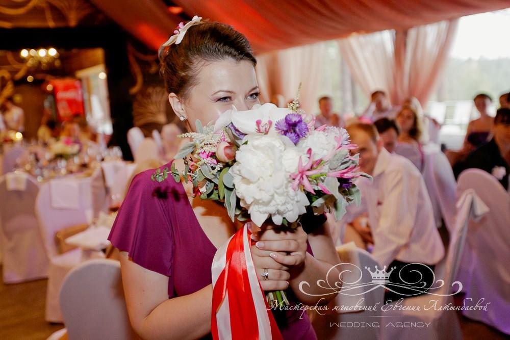 Как бросить свадебный букет