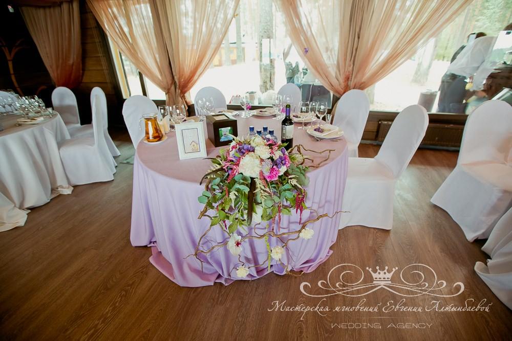 Композиция из живых цветов на стол молодоженов