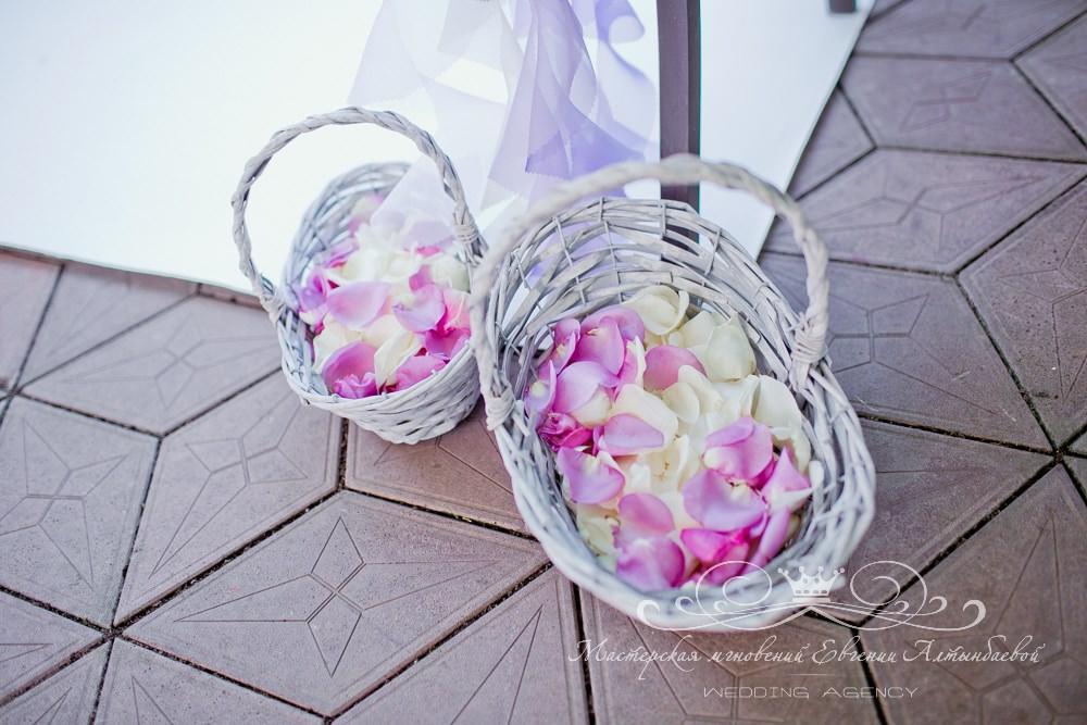 Корзины с лепестками роз на свадьбе