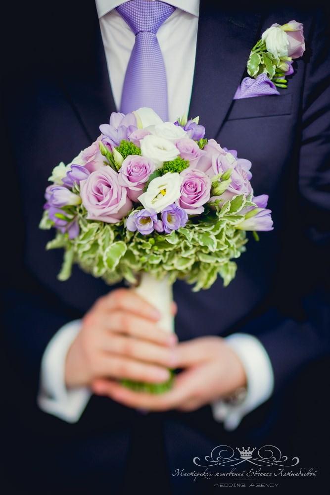 Красивый букет невесты с фиолетовыми цветами