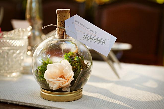 Живые цветы в качестве подарка для гостей на свадьбе