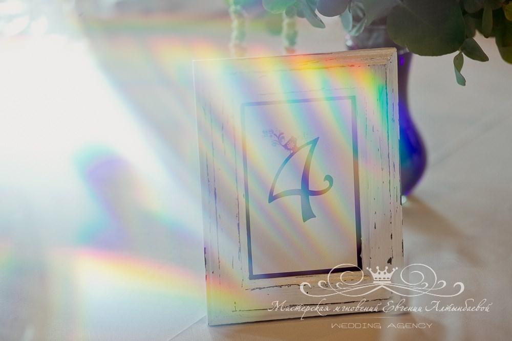 Стильные карточки с номерами столов на свадьбе