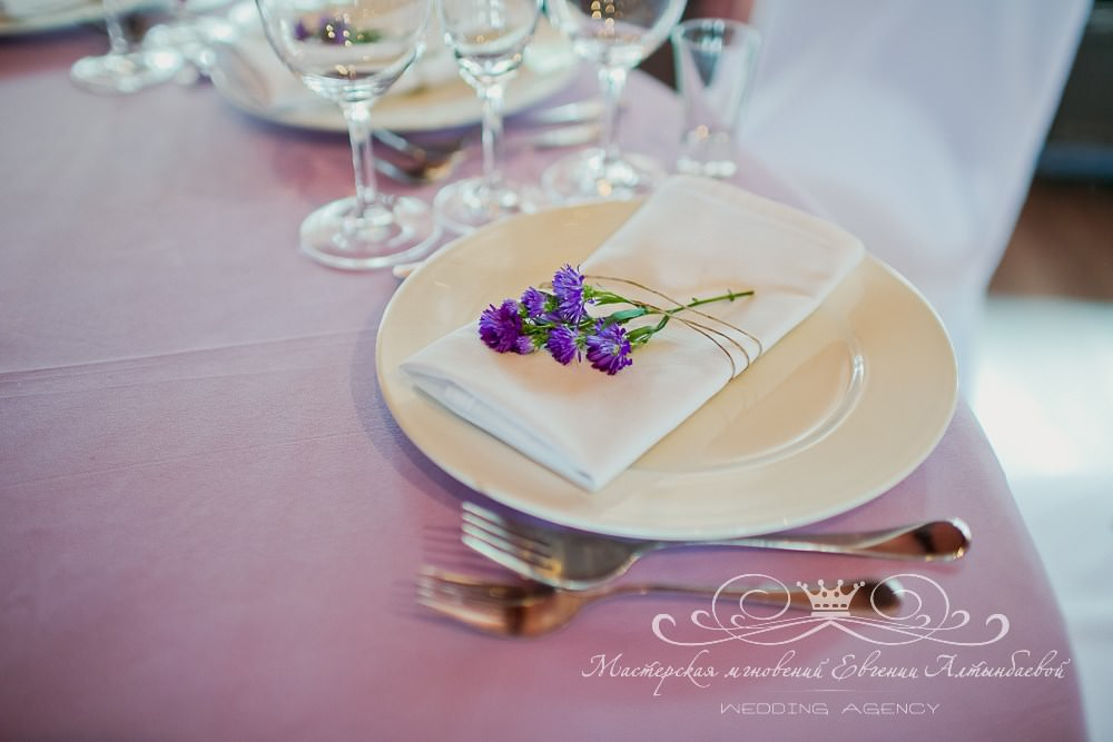 Оформление салфеток на свадьбе живыми цветами