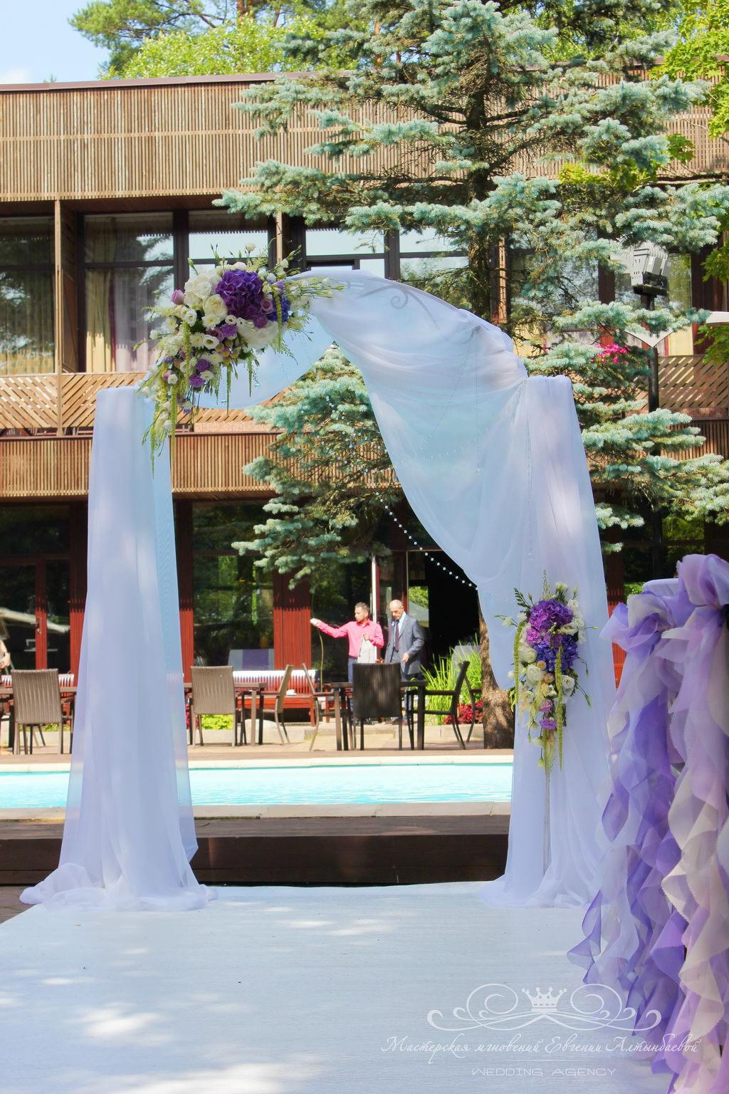 Оформление свадебной арки живыми цветами и тканями