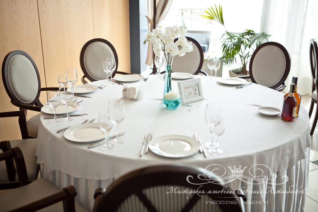 Орхидеи на столах гостей на свадьбе