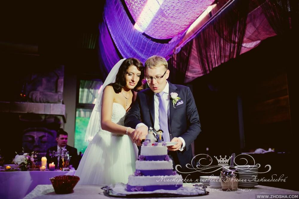 Первый кусочек торта на свадьбе