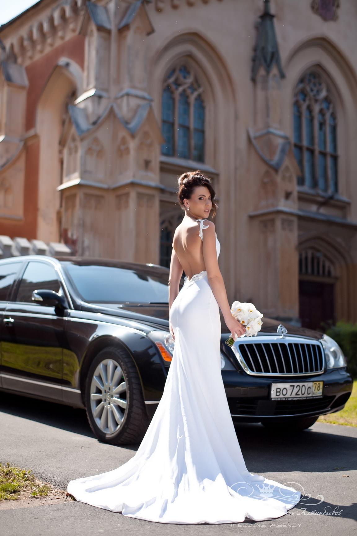 Роскошный образ невесты, красивое свадебное платье со шлейфом