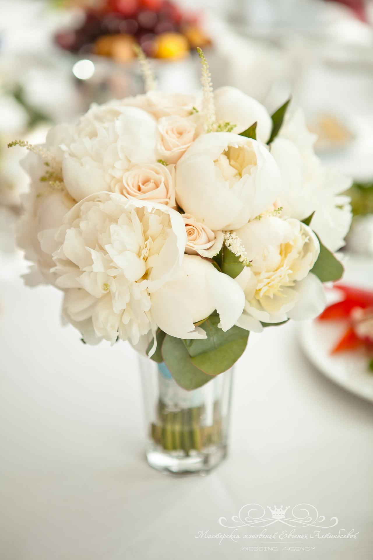 роскошный букет невесты из пионов