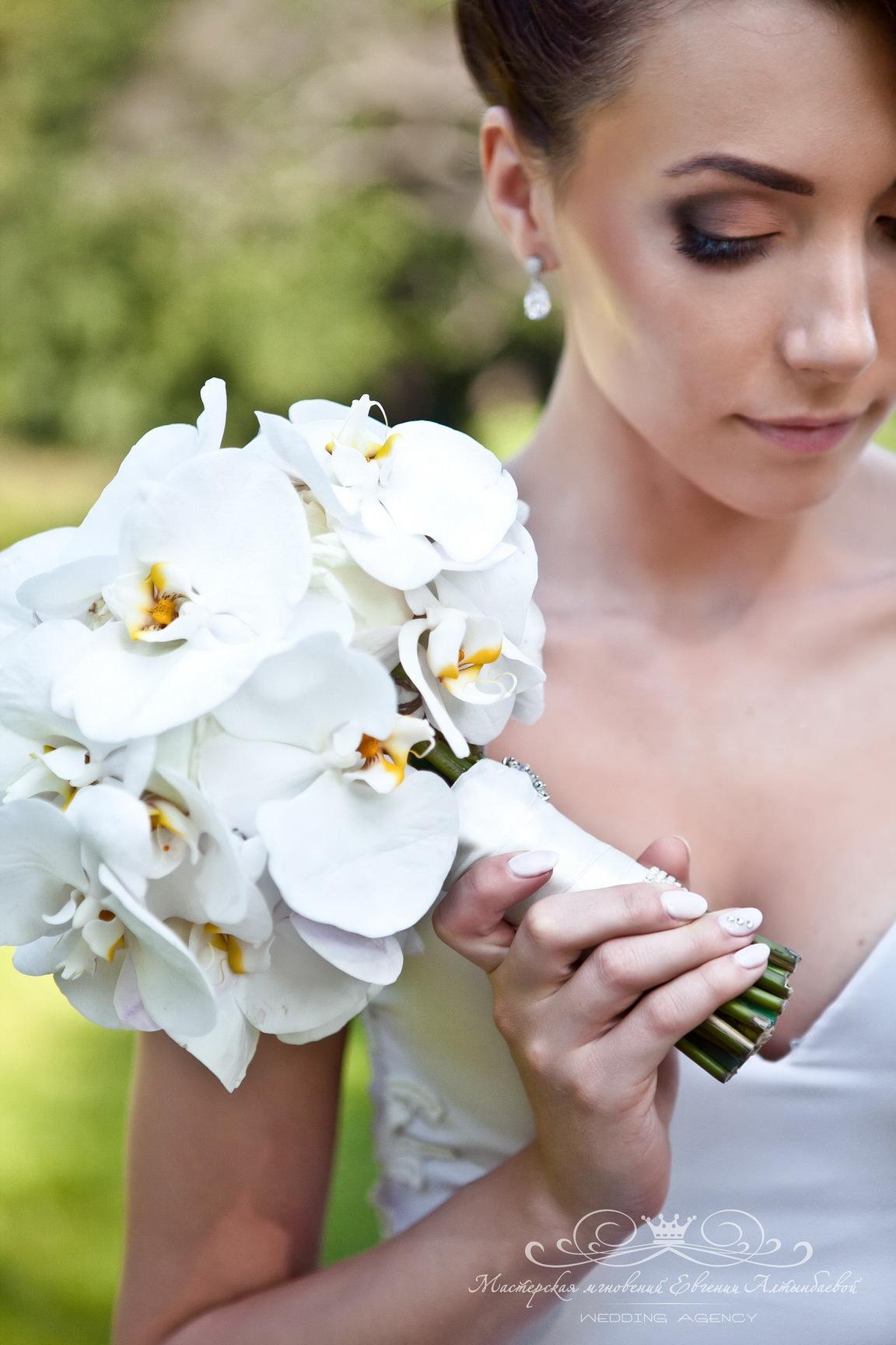 Роскошный букет невесты с орхидечми