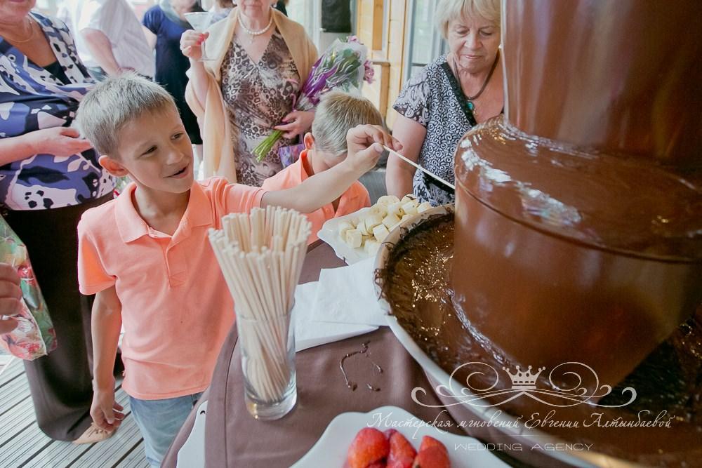 Шоколадный фонтан на свадьбе