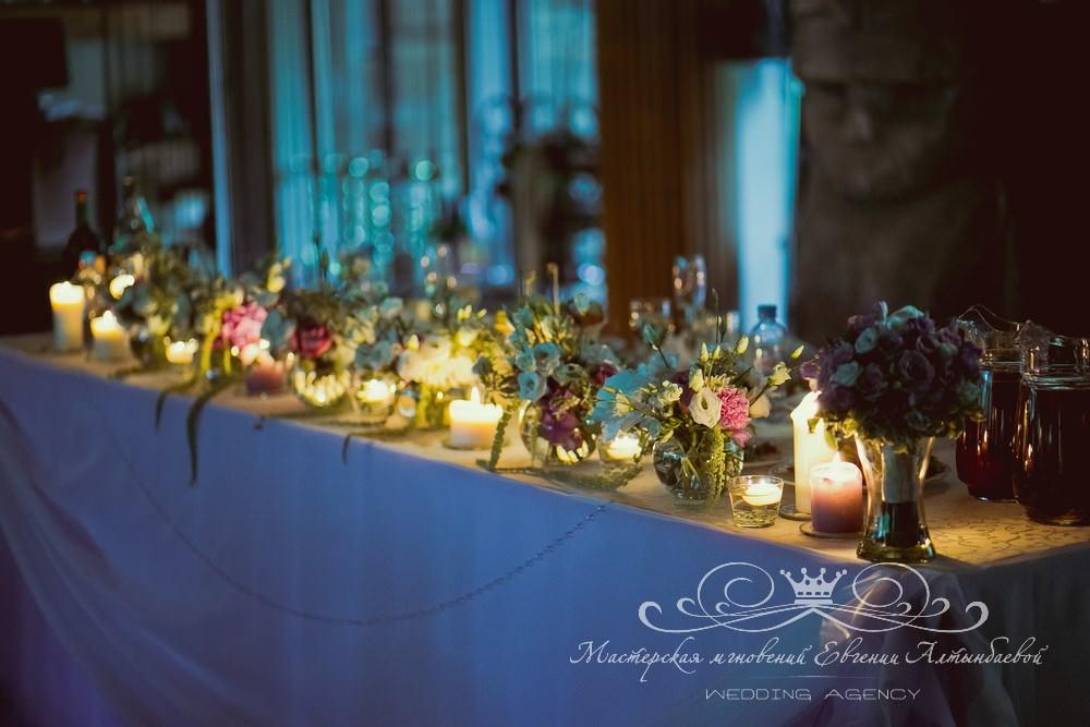 Стильное оформление президиума цветами и свечами