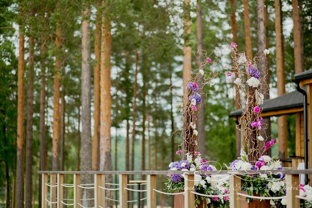 Свадебная арка из веток и живых цветов