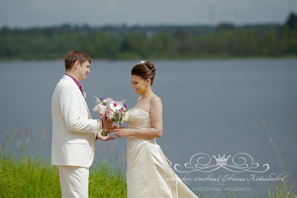 Свадебная фотосессия на берегу озера