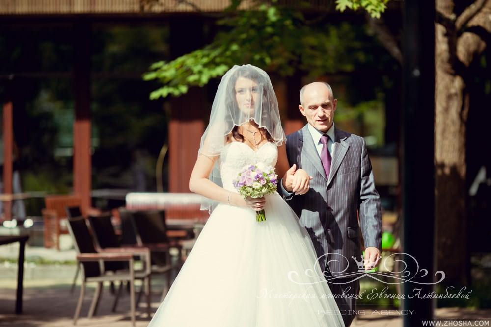 Выход невесты с отцом на свадьбе