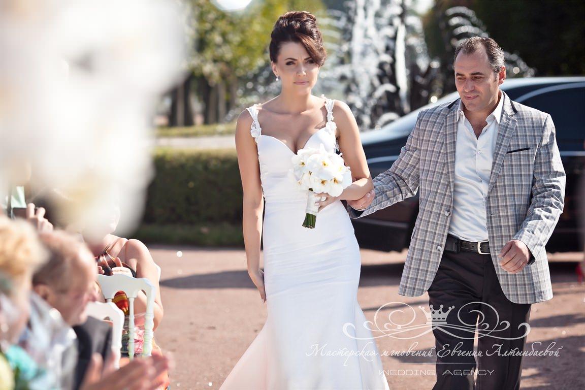 Выход невесты с отцом на выездной регистрации