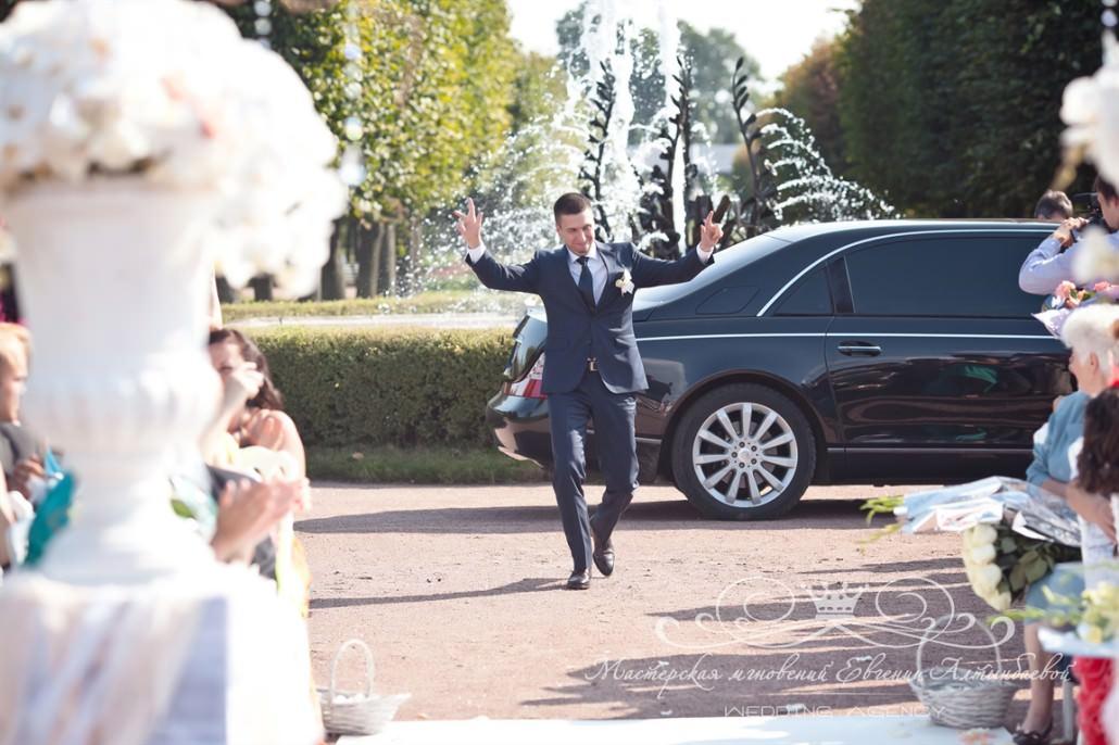 Выход жениха на церемонии регистрации
