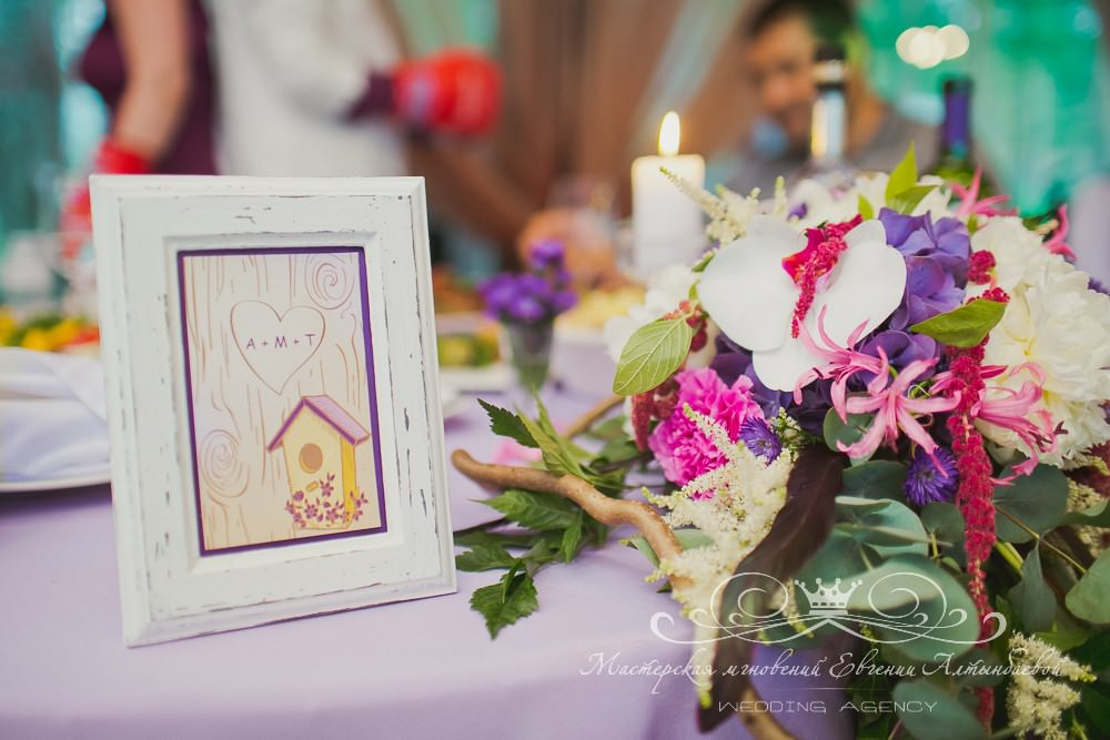 Яркая композиция из цветов на свадьбе