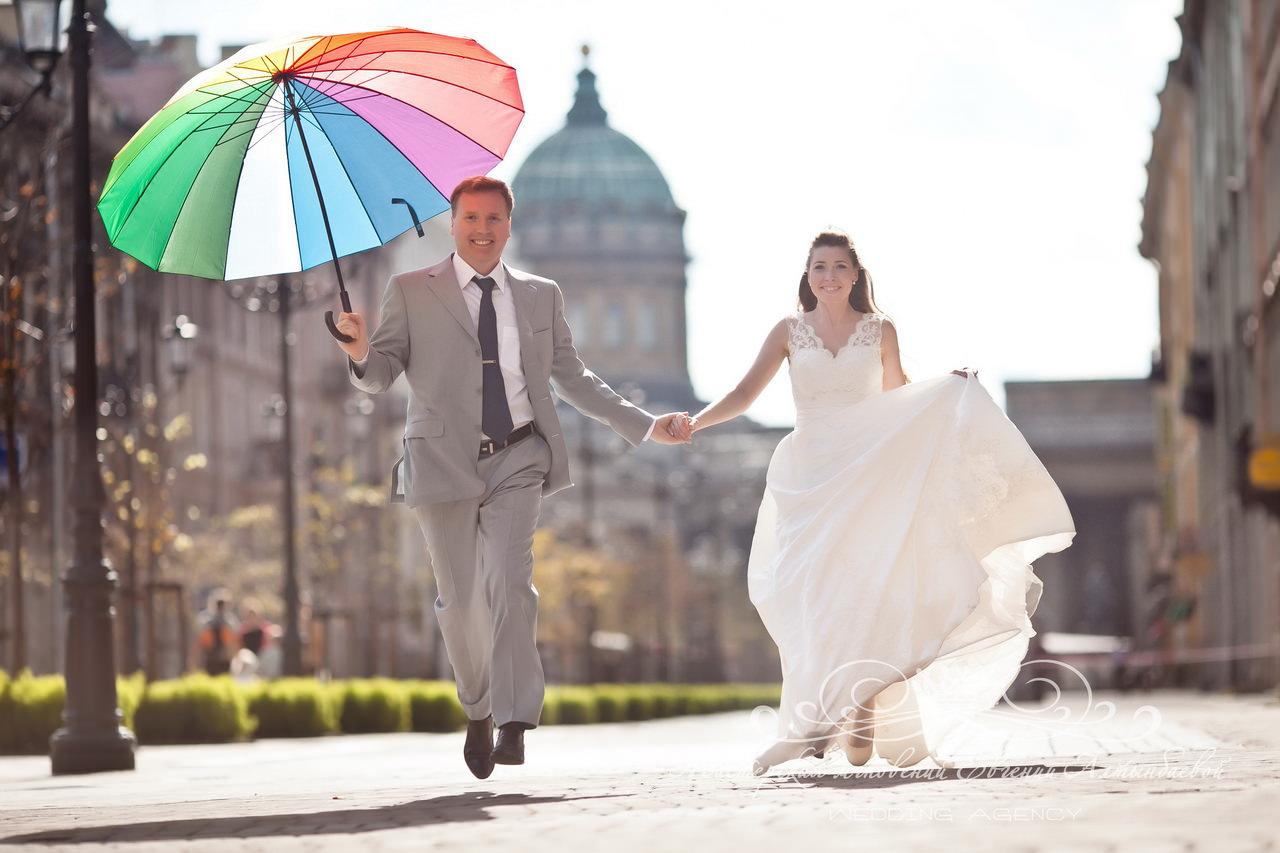 Яркий зонтик для фотосессии на свадьбе