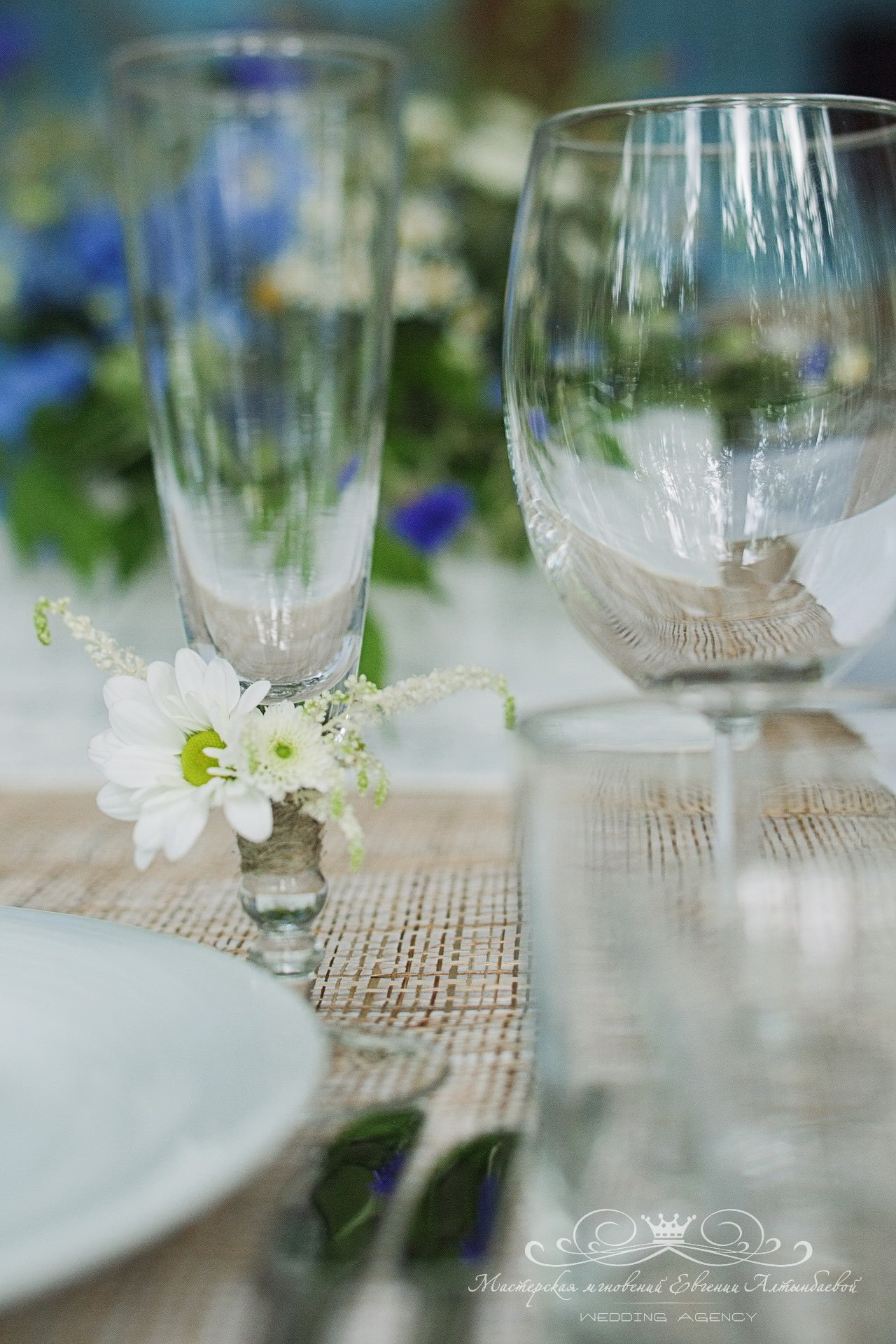 dekor-svadebnyh-bokalov-zhivymi-tsvetami