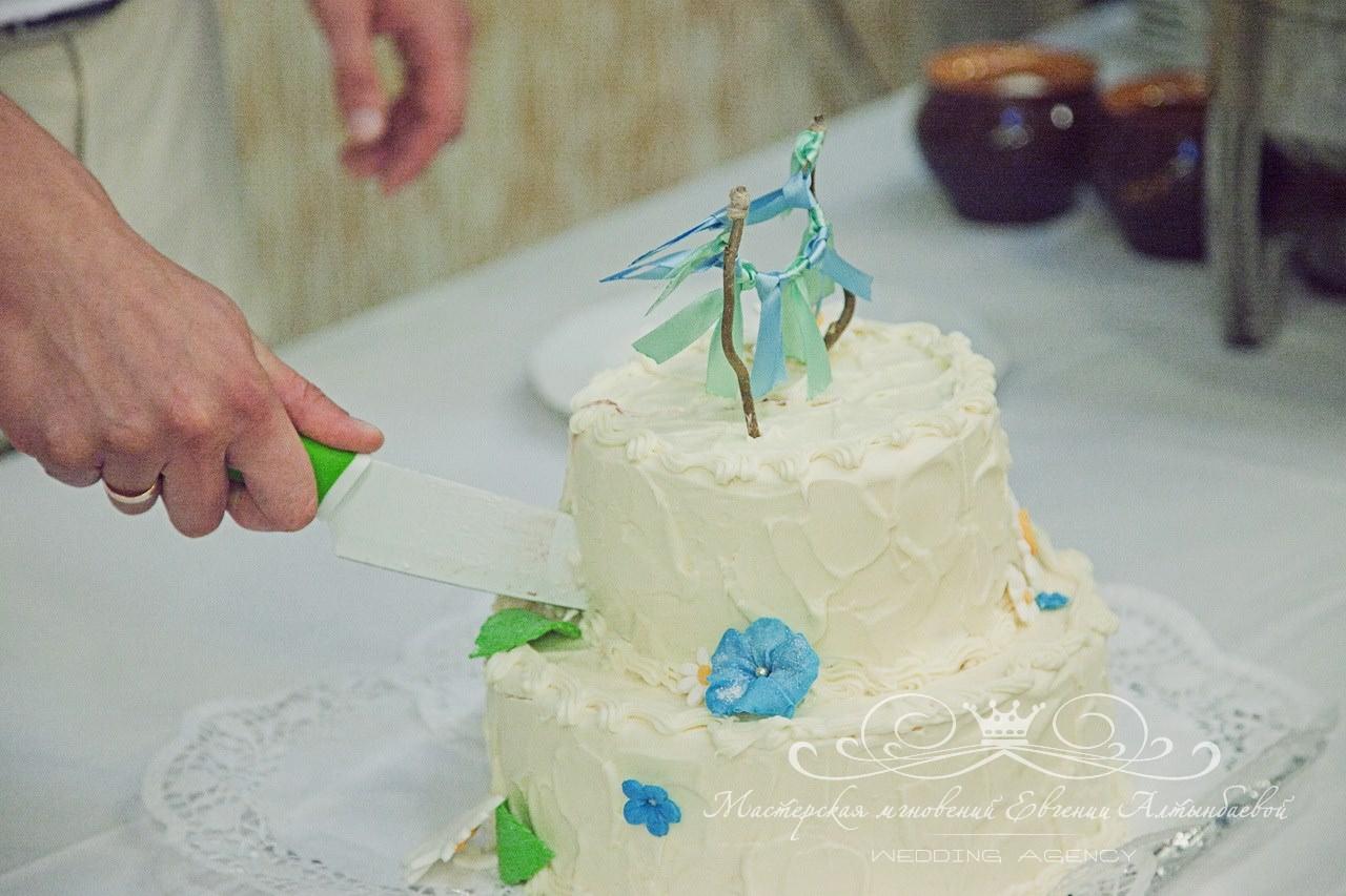 krasivyi-svadebnyi-tort-v-golybom-tsvete