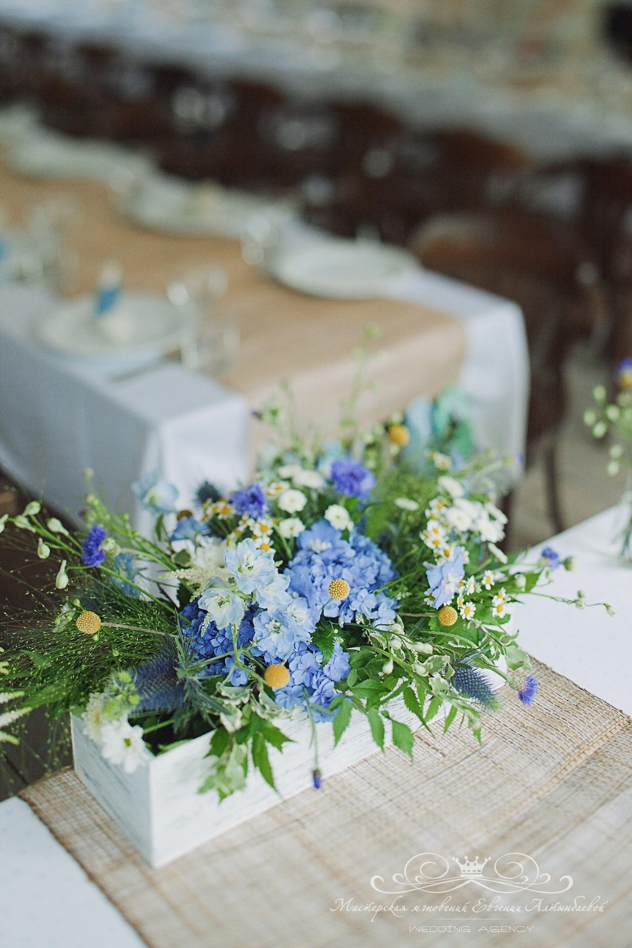 oformleniye-svadby-polevymi-tsvetami