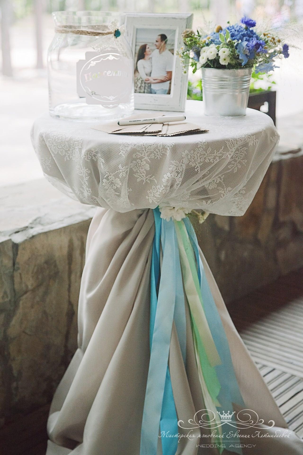 stolik-dlya-pozhelaniy-gostey-na-svadbe