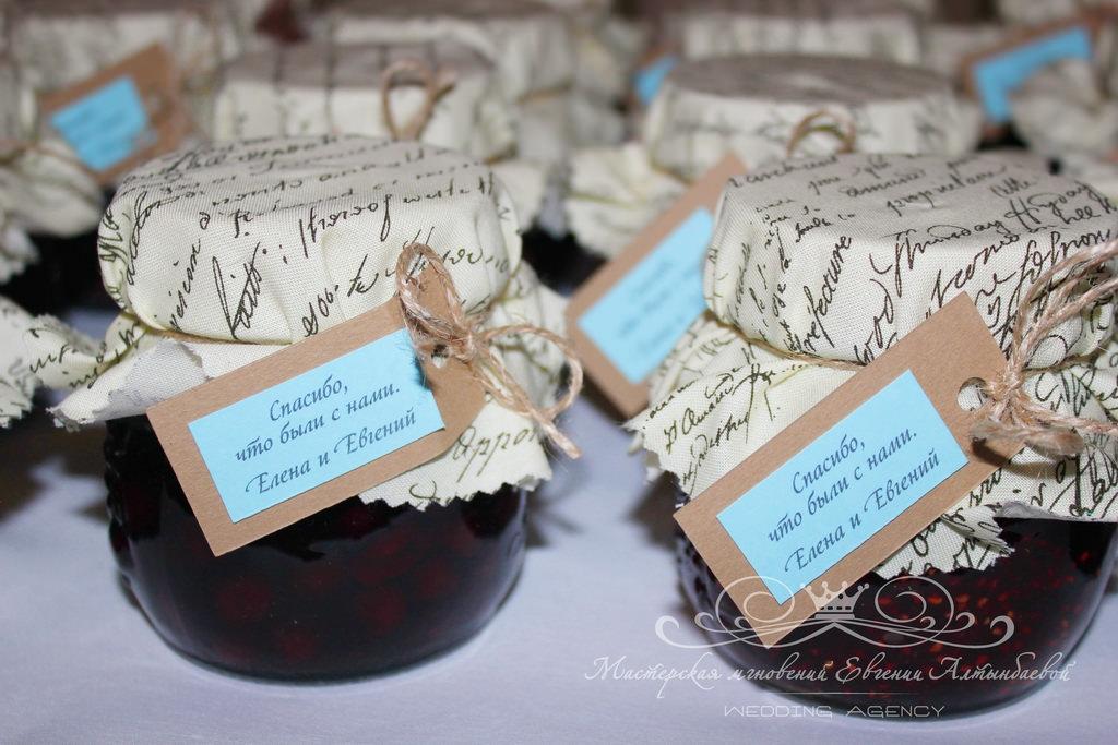 Баночки варенья для гостей на свадьбе
