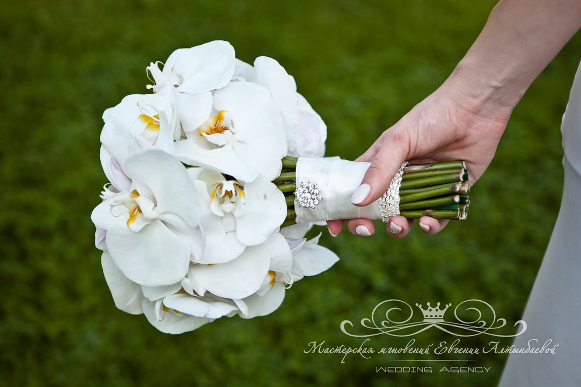 Свадебных букет невесты из белых орхидей