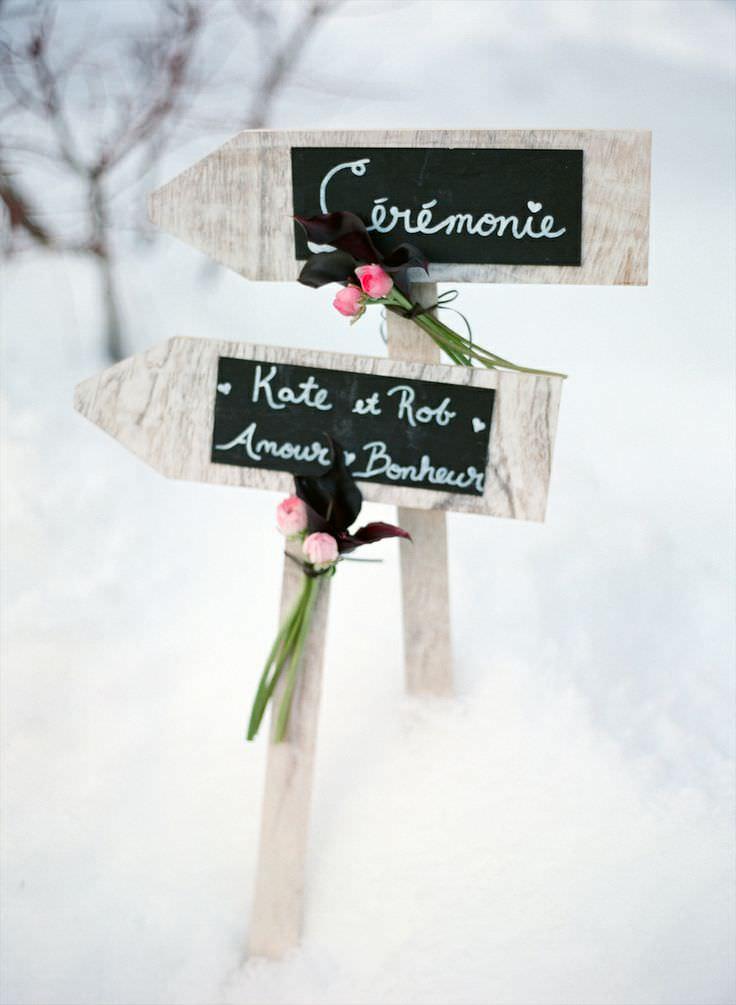 Деревянные указатели на свадьбе
