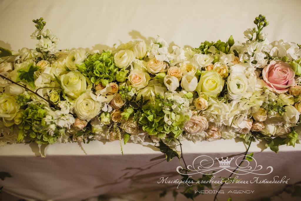 Композиция из цветов на свадебный стол